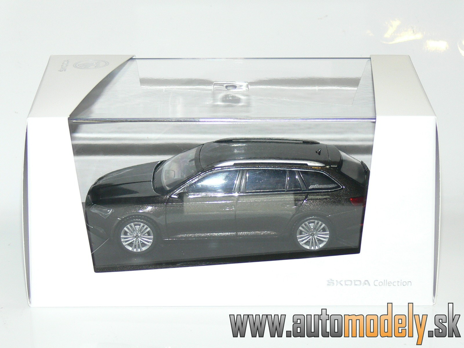 Škoda Superb III Combi Magnetic Brown - 1:43